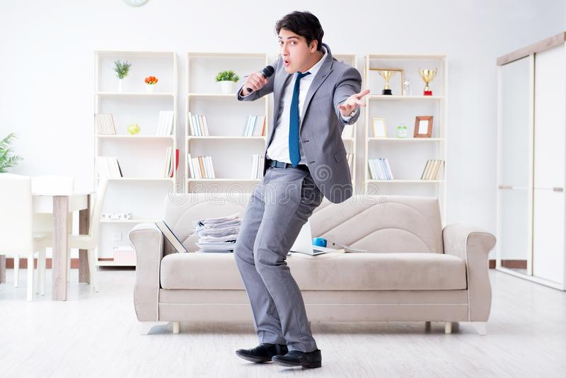De dronken zakenman die in het bureau vieren royalty-vrije stock foto