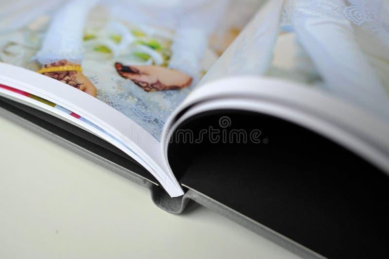 De druk van het huwelijksalbum in fotoboek royalty-vrije stock afbeeldingen