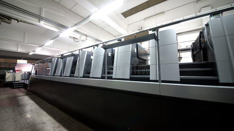 De druk van de pers - Gecompenseerde machine Druktechniek waar het geïnkte beeld van een plaat aan een rubberdeken, dan aan wordt royalty-vrije stock afbeelding