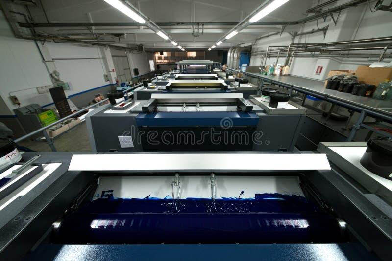 De druk van de pers - Gecompenseerde machine Druktechniek waar het geïnkte beeld van een plaat aan een rubberdeken, dan aan wordt stock foto's