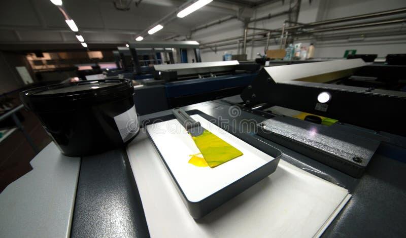 De druk van de pers - Gecompenseerde machine Druktechniek waar het geïnkte beeld van een plaat aan een rubberdeken, dan aan wordt royalty-vrije stock afbeeldingen