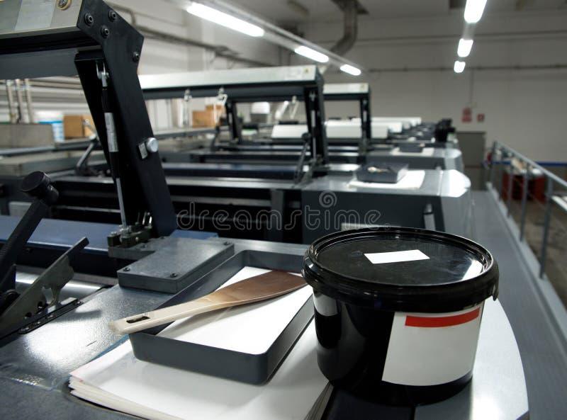De druk van de pers - Gecompenseerde machine Druktechniek waar het geïnkte beeld van een plaat aan een rubberdeken, dan aan wordt stock foto