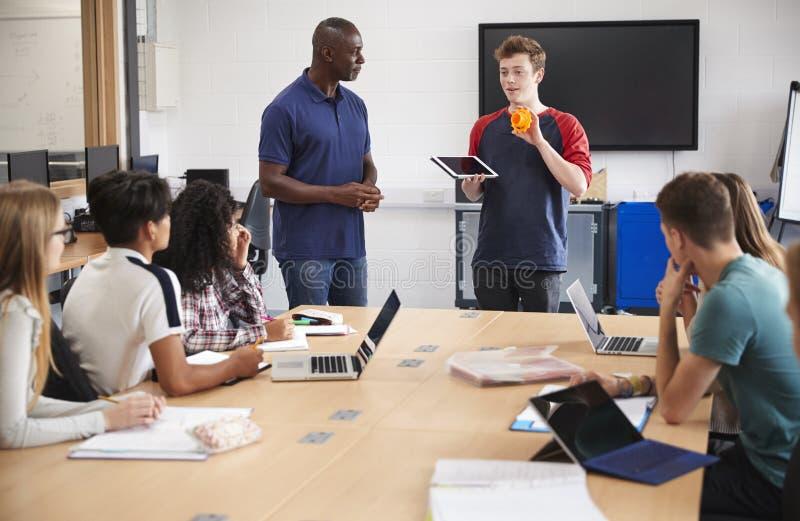 De Drukklasse van Studentmaking presentation in CAD/3D royalty-vrije stock foto's