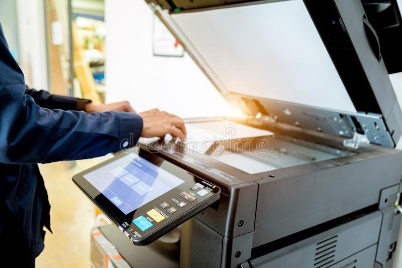 De drukknop van de bedrijfsmensenhand op paneel van printer, van het de laserbureau van de printerscanner de levering van de het  stock afbeelding