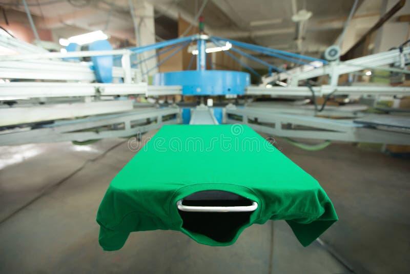 De drukmachine van de t-shirtserigrafie