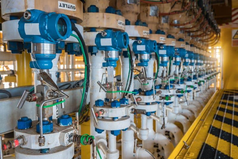 De drukzender installeert bij stroomafwaarts van vernauwingsklep bij olie en gasplatform stock foto