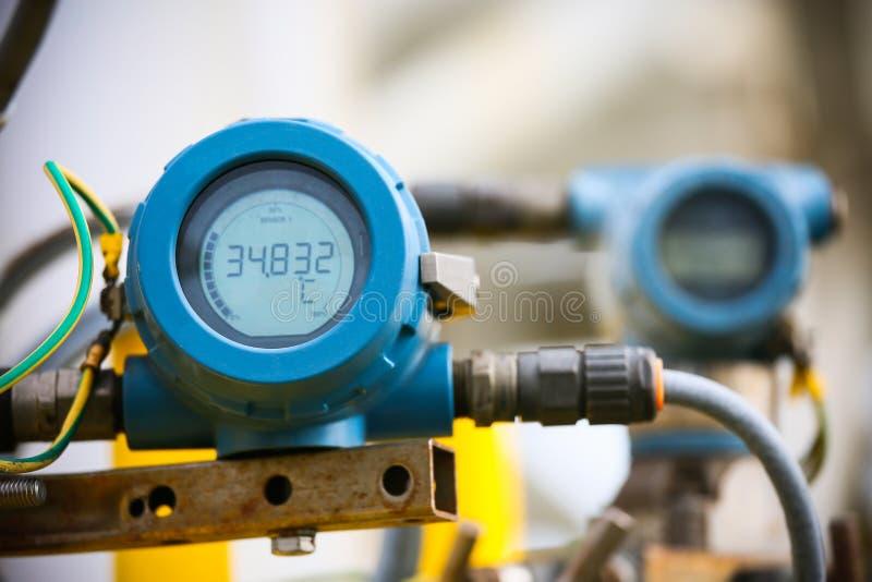De drukzender in olie en gasproces, verzendt signaal naar controlemechanisme en lezingsdruk in het systeem, Elektronische omvorme stock afbeeldingen