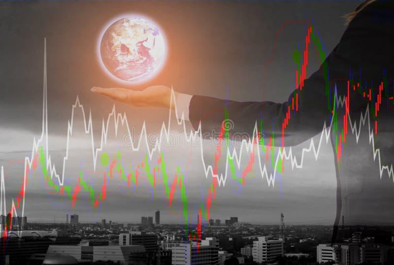 De de dubbele blootstelling-futuristische Aarde hand van de bedrijfsvrouwengreep, cityscape en achtergrond van de voorraadgrafiek royalty-vrije stock afbeelding
