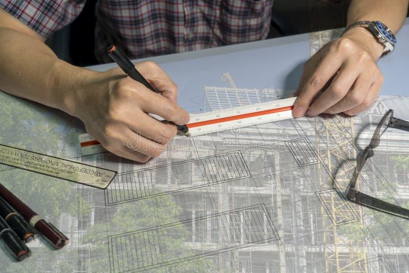 De dubbele blootstelling van Architecten trekt op blauwdruk royalty-vrije stock afbeelding