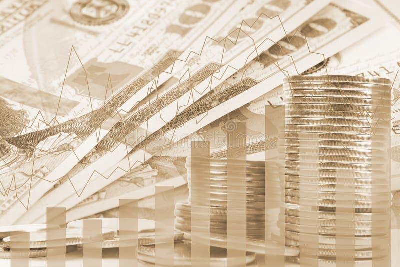 De dubbele blootstellingsbankbiljetten, de effectenbeurs en de grafiek op rijen van muntstukken voor financi?n en bankwezen, inve stock fotografie