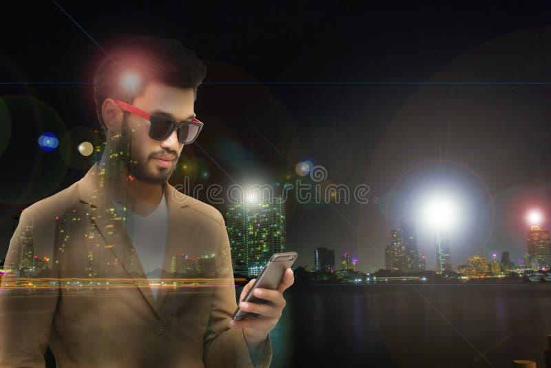 De dubbele blootstellingszakenlieden gebruiken mobiel en raken slimme telefoon voor Mededeling en het controleren stock fotografie