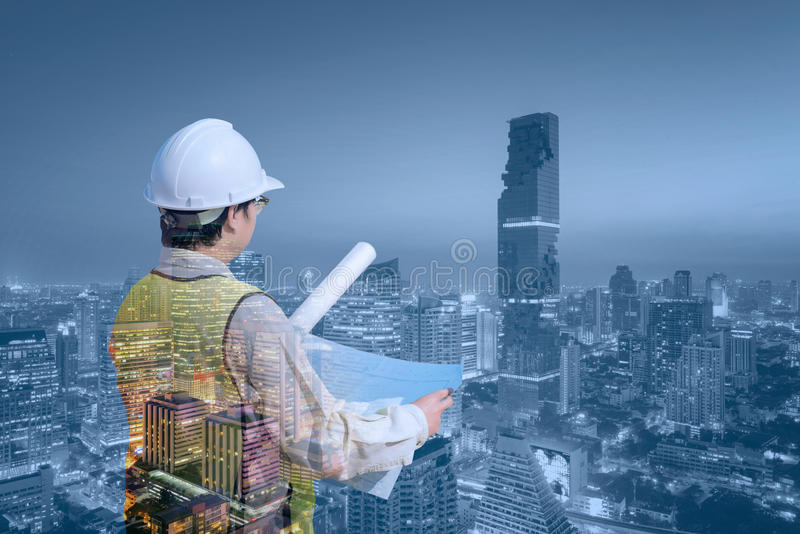 De dubbele ingenieur van de blootstellingsbouw met moderne cityscape royalty-vrije stock afbeelding