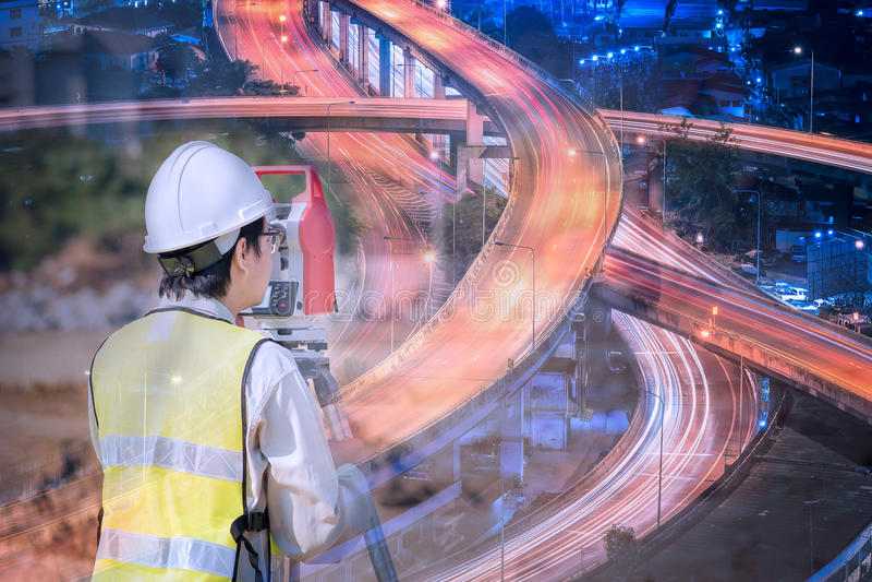 De dubbele ingenieur van de blootstellingsbouw met nieuwe snelweg stock foto's