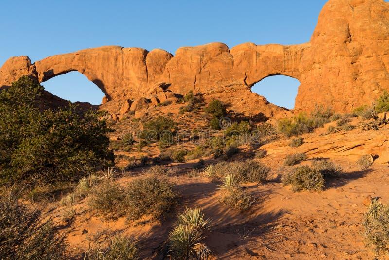 De dubbele Vensterboog wordt gevestigd in Bogen Nationaal Park Utah stock foto's