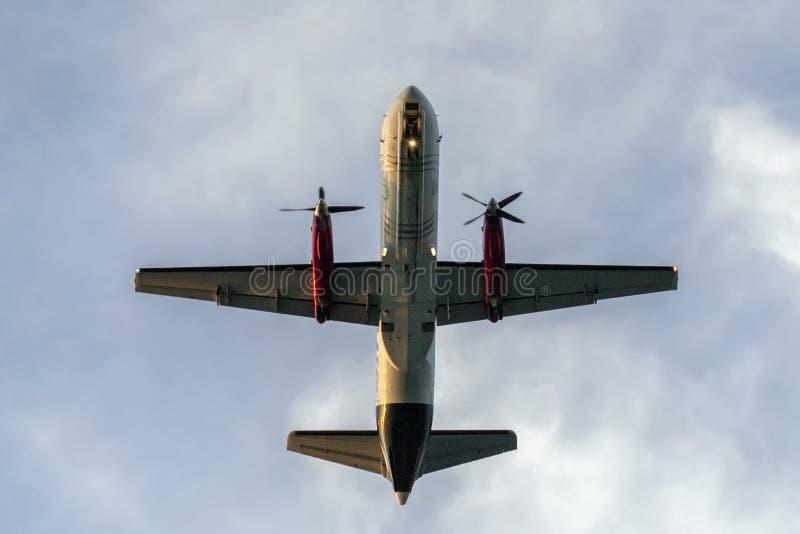 De dubbele vliegtuigen die van de propellerlading over u vliegen royalty-vrije stock fotografie
