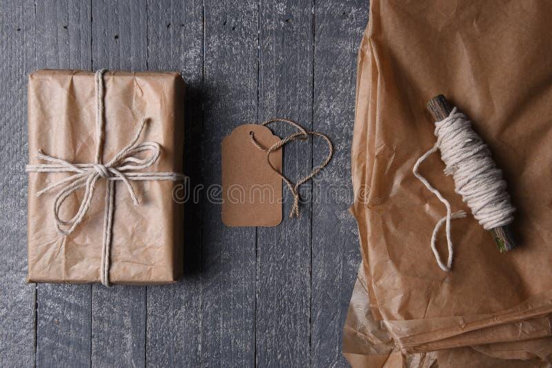 De duidelijke Gift van Pakpapier Verpakte Kerstmis met Lege Markering royalty-vrije stock afbeeldingen