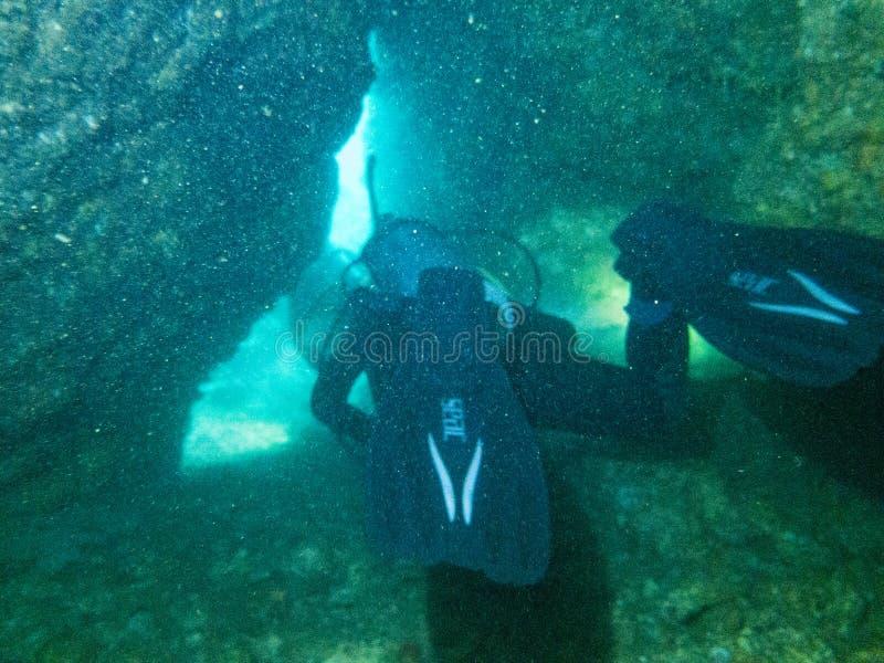 De duiker duikt in het overzees, Myanmar stock afbeeldingen