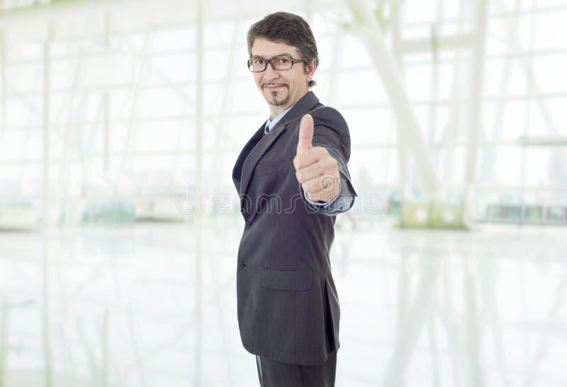 De duim van de zakenman omhoog stock afbeelding