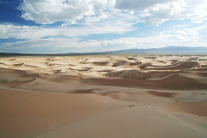De duinen van het zand op een blauwe hemel stock foto's