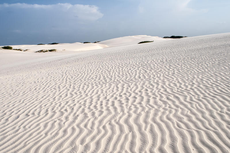 De duinen van het zand van Lencois Maranheses in Brazilië royalty-vrije stock afbeelding