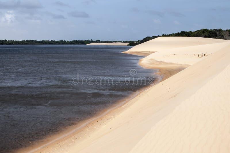 De duinen van het zand van Lencois Maranheses in Brazilië stock afbeelding