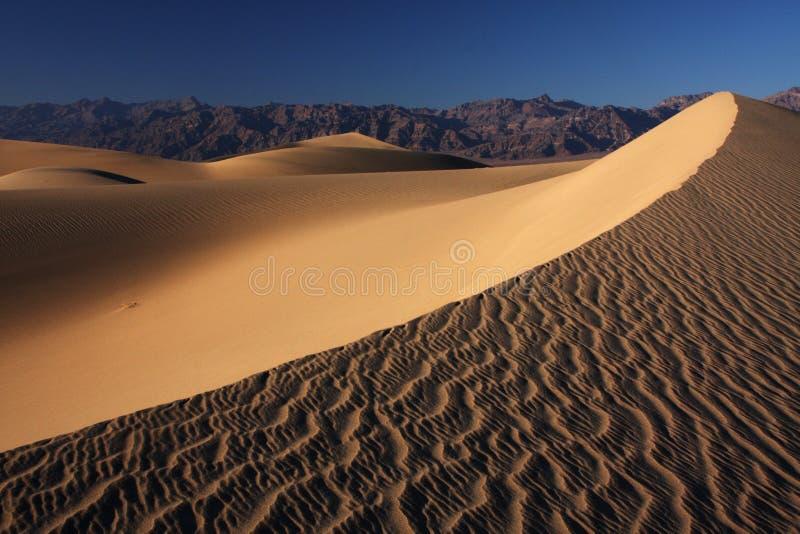 De duinenzonsondergang van het zand stock afbeelding