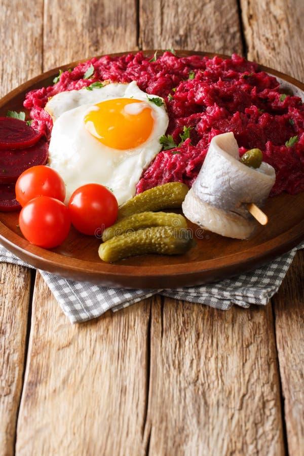 De Duitse hartelijke schotel van Labskaus van aardappels, cornedbeef en beetroo royalty-vrije stock foto