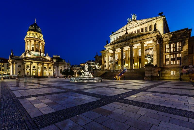 De Duitse Kathedraal en de Concertzaal op Gendarmenmarkt-Vierkant in zijn stock foto's