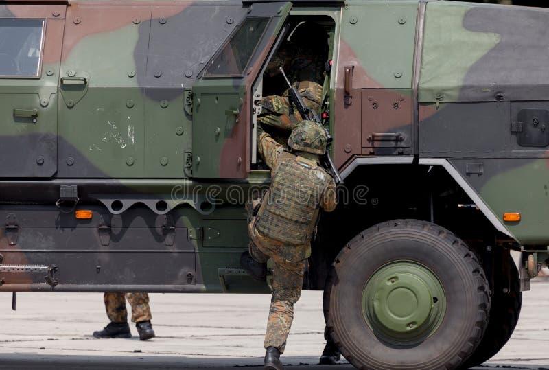 De Duitse militair krijgt in een gepantserd voertuig stock afbeelding