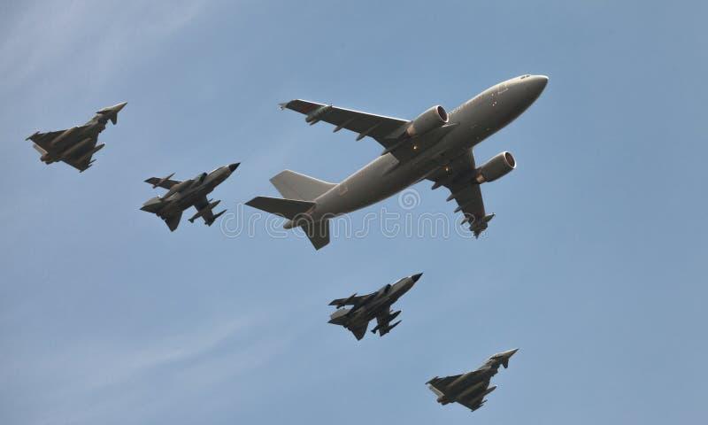 De Duitse militaire vliegtuig en aanvalsstralen op de lucht van Berlijn tonen royalty-vrije stock fotografie
