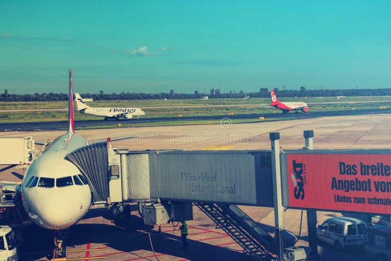 De Duitse passagiersvliegtuigen van Airberlin en Lufthansa zijn op vliegveld stock foto