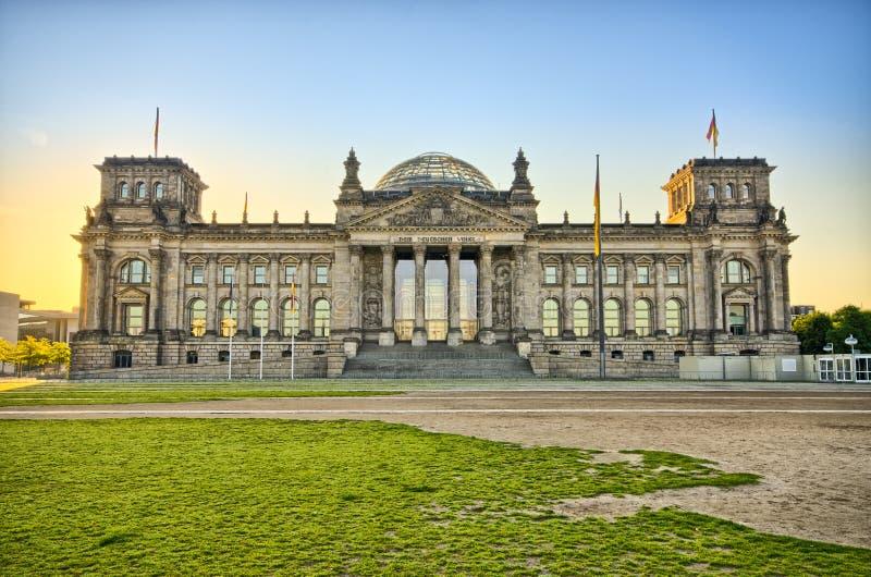 De Duitse Reichstag-bouw tijdens de zonsopgang, Berlijn, Duitsland royalty-vrije stock afbeeldingen