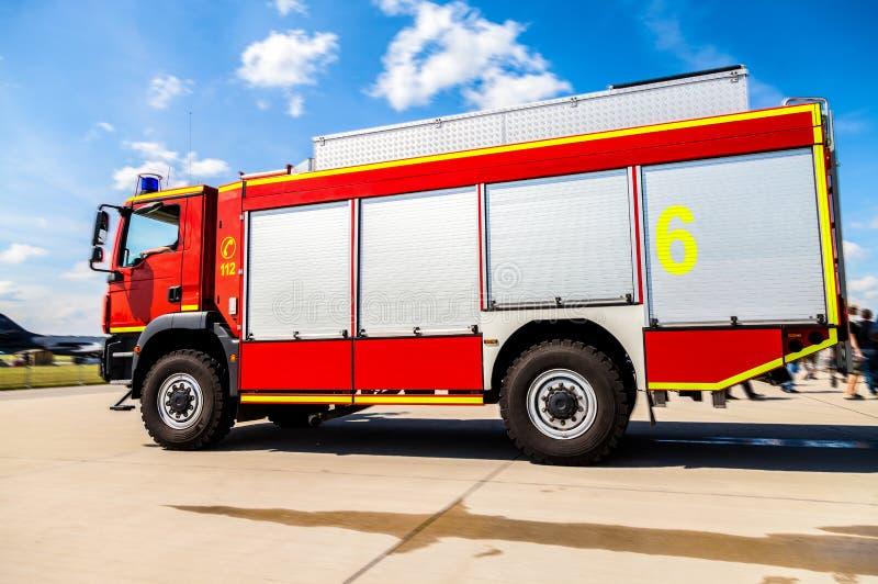 De Duitse tribunes van de brandweervrachtwagen op vliegveld royalty-vrije stock foto's