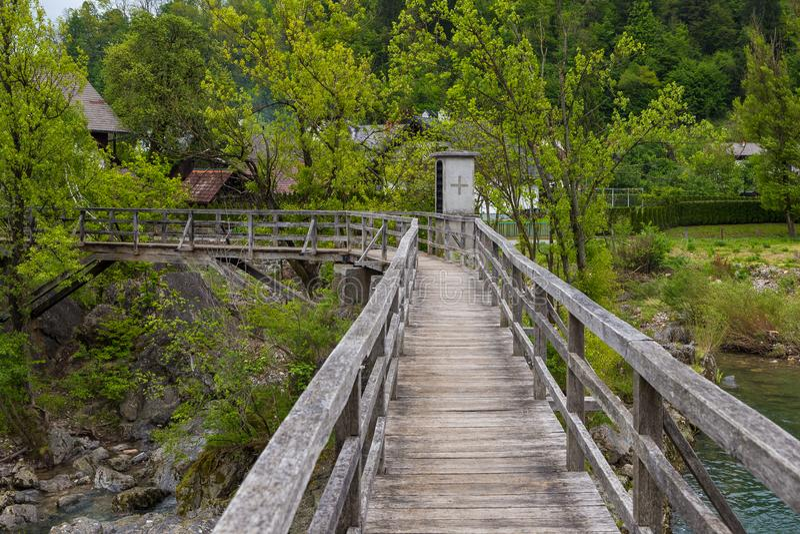 De Duivels` s Brug, houten voetgangersbrug in Skofja Loka stock fotografie