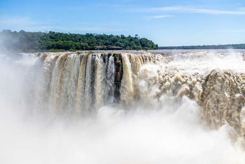 De Duivelskeel in Iguazu valt mening van Argentijnse kant - de Grens van Brazilië en van Argentinië royalty-vrije stock afbeelding