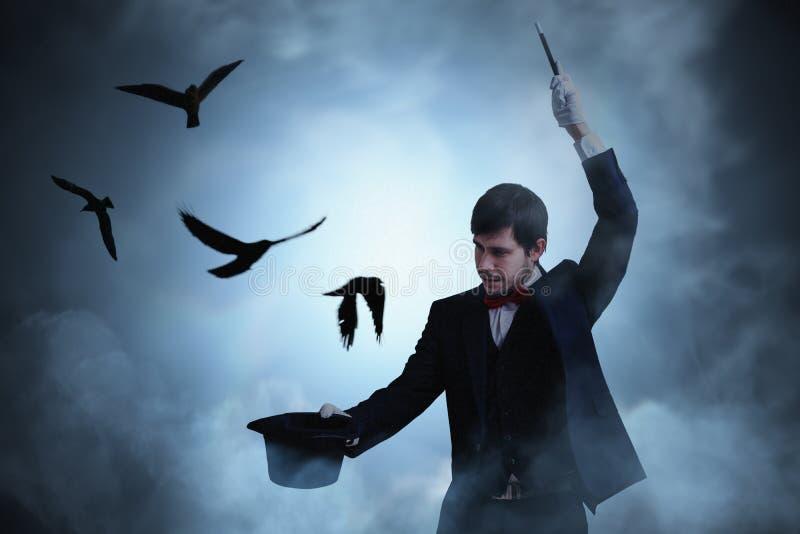 De duiven vliegen vanaf hoed van tovenaar of illusionist royalty-vrije stock afbeelding