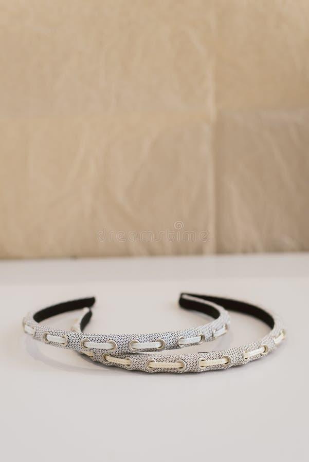 De dunne haarband ligt op de oppervlakte Modieuze en modieuze hoofddecoratie royalty-vrije stock foto