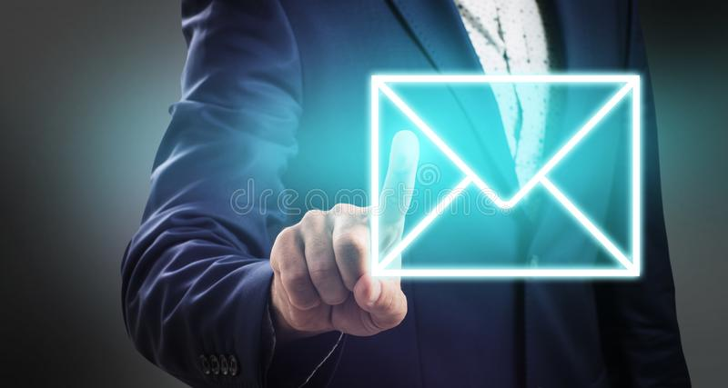 De duwen van de zakenmanhand op lichtgevend e-mailpictogram stock fotografie