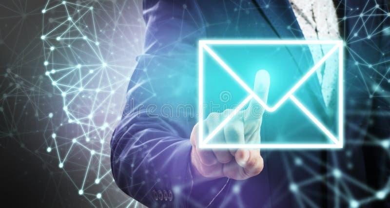 De duwen van de zakenmanhand op lichtgevend e-mailpictogram royalty-vrije stock afbeeldingen