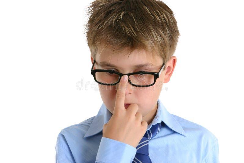 De duwende glazen van het kind omhoog op neus stock afbeeldingen