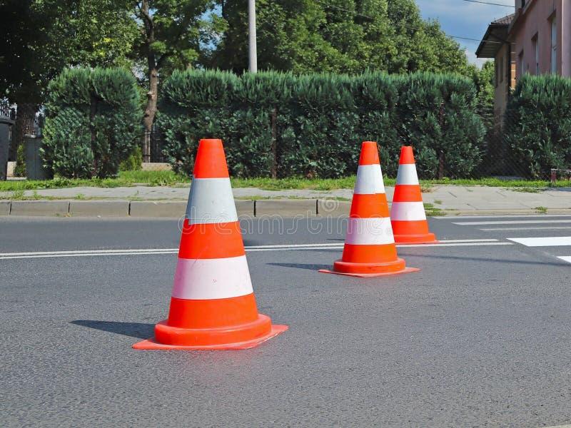 De dwars-verfraaide voetgangersoversteekplaats met het nog uitgedroogde niet rood Beperking van verkeer door verkeersteken Het me stock foto's