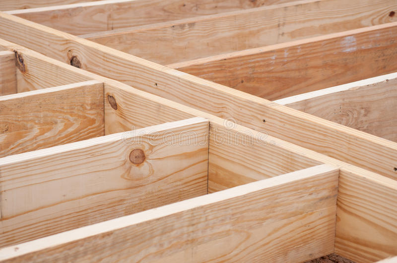De dwarsbalken van de vloer van timmerhout worden gemaakt dat