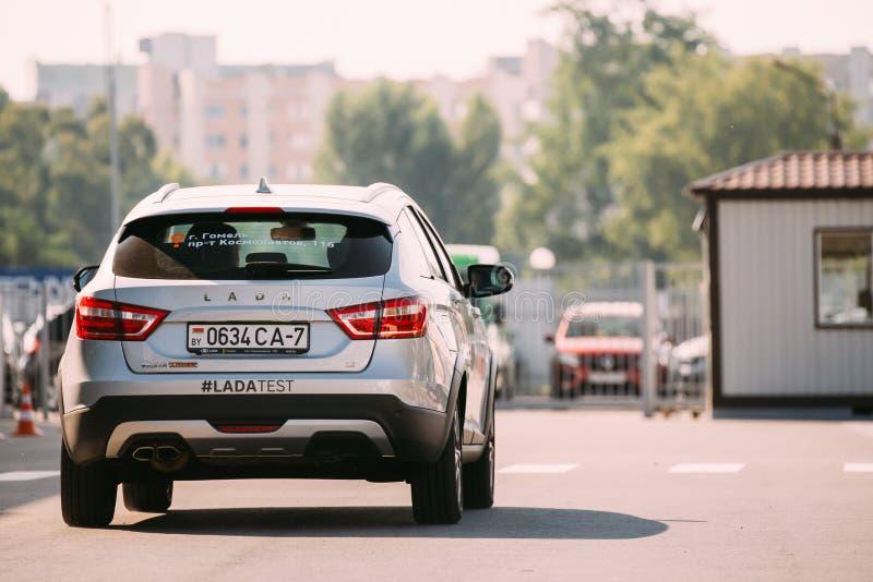 De DwarsdieAuto van Gray Lada Vesta SW bij Straat wordt geparkeerd Achter mening royalty-vrije stock afbeelding