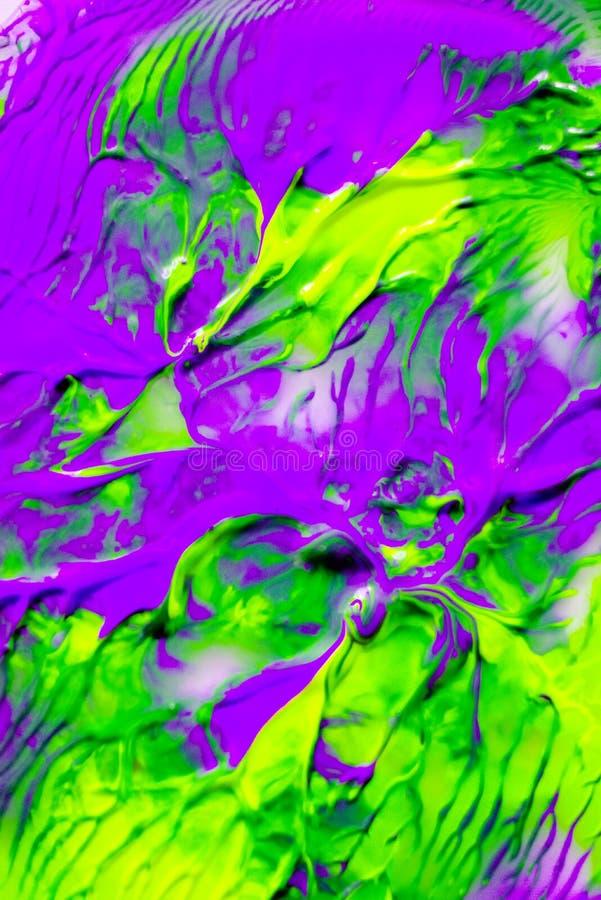 De dynamische vloeibare kleurenverf bespat achtergrond Blauw en sinaasappel gemengde vloeibare achtergrond Abstract marmeringseff stock foto