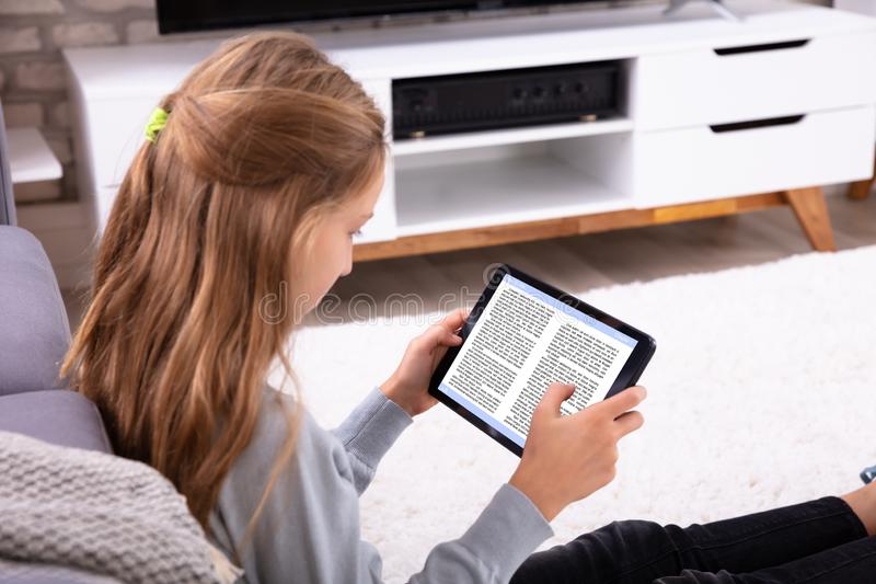 De E-book van de meisjeslezing op Digitale Tablet royalty-vrije stock foto