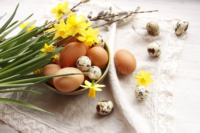 De Easter vida ainda Narcisos amarelos e ovos amarelos fotografia de stock royalty free