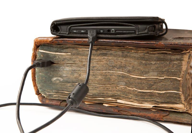 De Ebookkabel wordt verbonden aan het oude antieke boek stock afbeeldingen