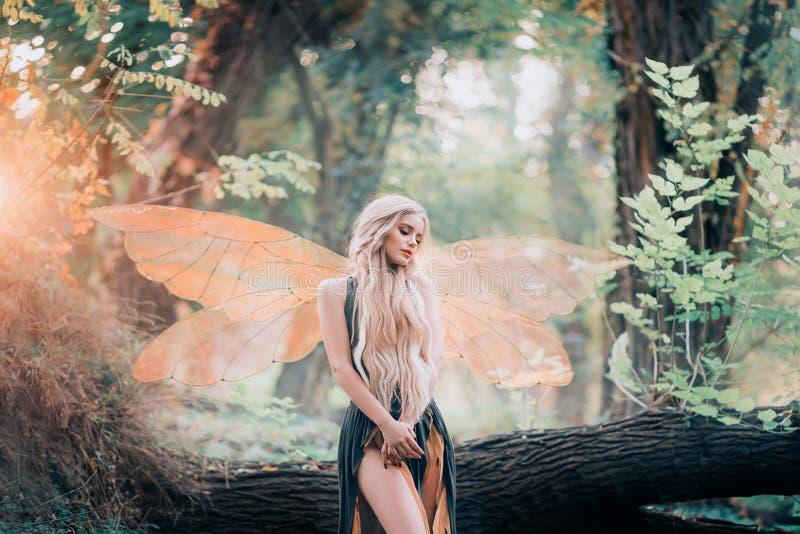 De echte fee van magische verhalen, godin van aard met transparante vleugels alleen in dicht bos, schoonheid sluit haar ogen royalty-vrije stock foto
