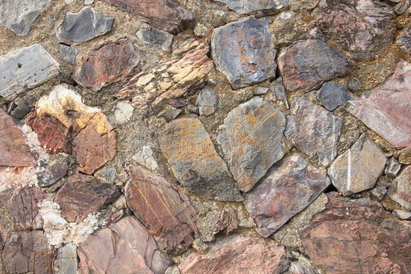 De echte middeleeuwse oppervlakte van de steenmuur kan als achtergrondpatroon of textuur bij oude stad gebruiken stock foto's