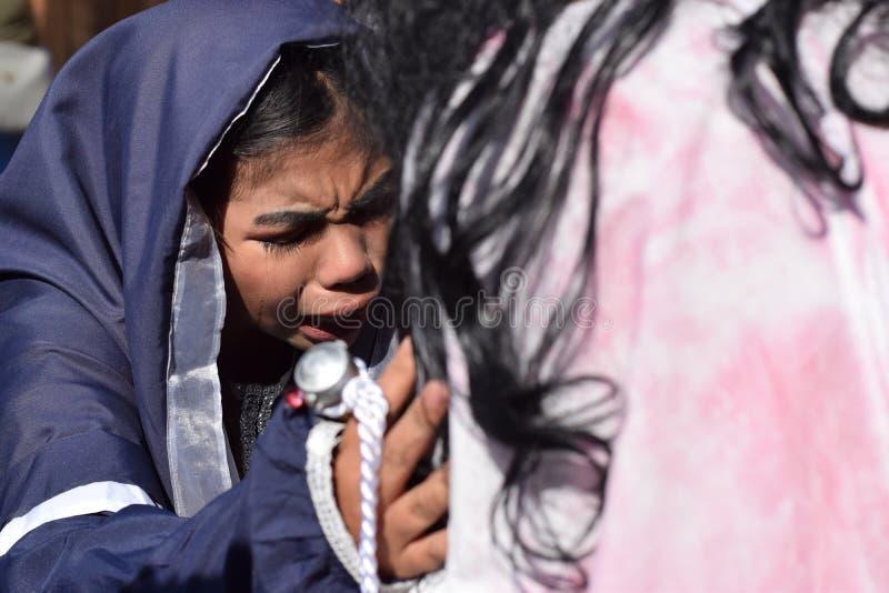 De echte scheuren zenden van de ogen van een vrouw uit die medelijden aan Jesus Christ, straatdrama voelen, viert de gemeenschap  stock foto's